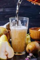 Birnenlimonade wird in ein Glas gegossen