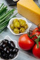 Oliven mit Tomaten und Käse