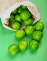Beutel mit grünen sauren Pflaumen