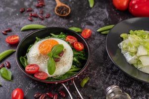 Grünkohl mit Ei und Tomaten umrühren