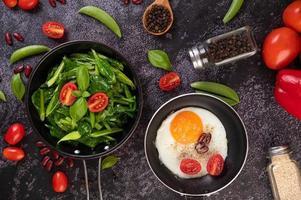 Rühren Sie gebratenen Grünkohl in Austernsauce