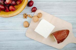 Käse und Trauben auf einem Tisch foto