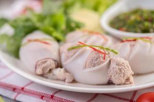 Tintenfisch gefüllt mit gekochtem Schweinefleisch