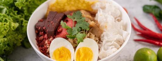 Yentafo mit gekochtem Ei und Frühlingszwiebeln