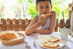 Junge frühstückt