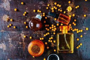 Nahaufnahme von Parfüm auf einem Tisch
