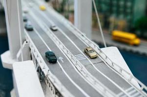Nahaufnahme von Modell-Kleinwagen auf der Überführung