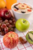 Äpfel, Trauben, Kiwi und Orangen zusammen