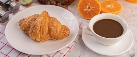 Croissant mit Kaffee foto