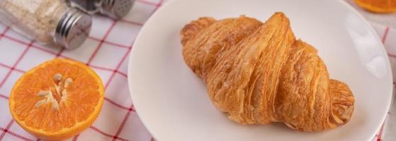 Croissant mit Früchten foto