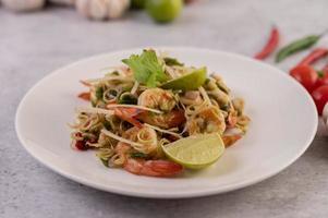 Garnelen gekocht mit Zitronengras und Gemüse mit Limette