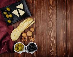 Draufsicht auf Käse, Nüsse und Oliven