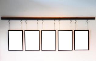 leere Bretter hängen auf weißem Wandhintergrund