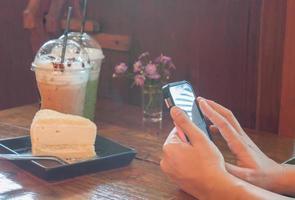 Person, die ein Foto von Kuchen macht