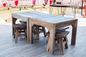 Holztisch und Stühle auf einem Deck