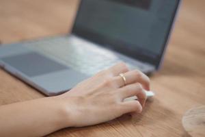Hand auf einer Maus mit einem Computer foto