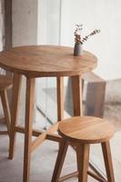 Holztisch und Stühle mit Blumen foto