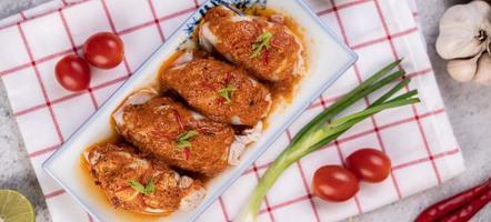 Chu Chee Tintenfisch auf Küchentisch