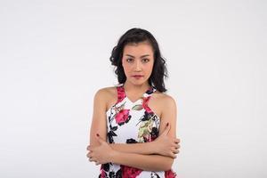 Porträt einer Frau auf weißem Hintergrund foto
