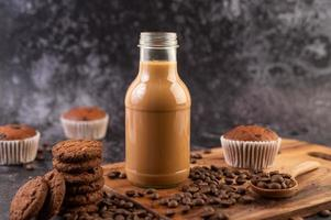 Kekse mit Kaffeebohnen und Milch foto