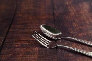 rostfreie Gabel und Löffel auf einem Holztisch