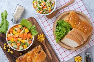 Gurken-, Mais-, Karotten- und Salatsalat foto