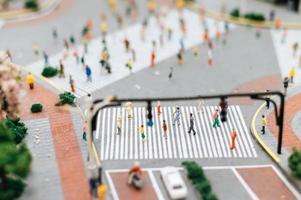 kleine Miniaturmenschen auf der Straße foto