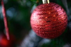 Nahaufnahme einer roten Weihnachtsbaumverzierung foto