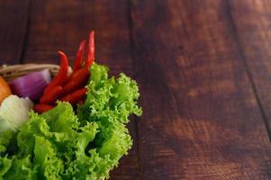 Gemüse in einem Weidenkorb
