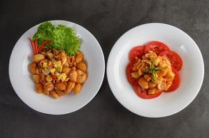Italienische Nudeln mit Tomatensauce anrichten foto