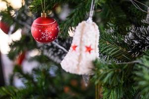 Nahaufnahme einer roten Weihnachtsbaumverzierung