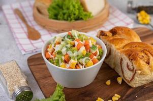 Gurken-, Mais-, Karotten- und Salatsalat