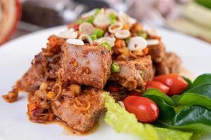würziges Schweinefleisch mit Tomaten gehackt