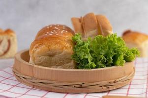 verschiedene Brote auf einem Tisch angezeigt foto