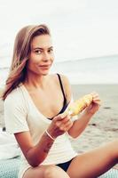 frisches Gesicht der Frau, das am Strand der tropischen Insel lächelt foto
