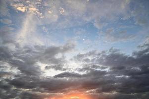 Himmel und Wolken bei Sonnenuntergang