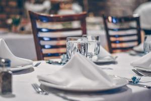 Platteneinstellung auf einem Tisch foto