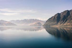 stilles Wasser in der Nähe von Bergen