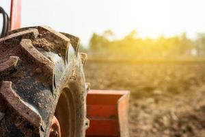 Sonnenlicht auf einem Feld mit einem Traktor foto