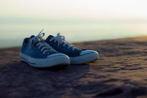 Paar Schuhe auf einem Felsen foto