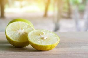 Zitronen auf einem Tisch foto
