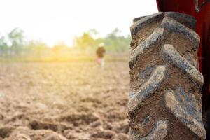 Traktorreifen auf einem Feld foto
