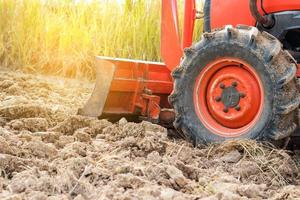 roter Traktor auf einem Feld foto