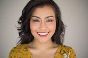 Porträt einer lächelnden Frau foto
