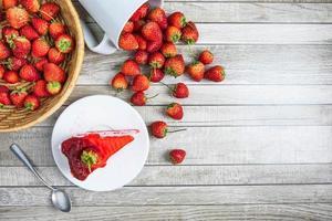 Draufsicht auf einen Kuchen und Erdbeeren