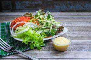 Teller Salat auf einem Tisch