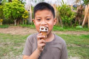 Junge, der ein Eis isst foto