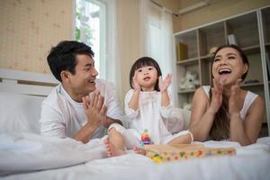 glückliches Kind mit spielenden Eltern