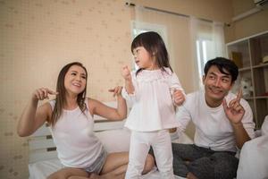 glückliches Kind mit spielenden Eltern foto