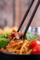 Spaghetti mit Tomaten und Salat